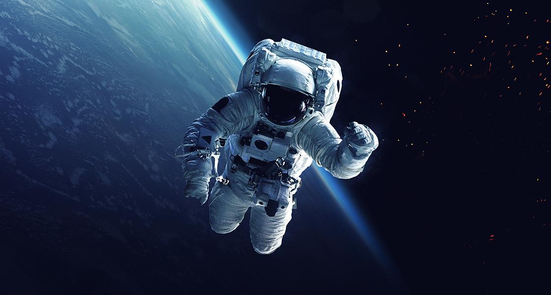Astronauta e space shuttle in orbita intorno alla Terra